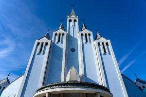 Pogácsás-Simon Bernadett: Kék Szentlélek-templom mered a kék ég felé