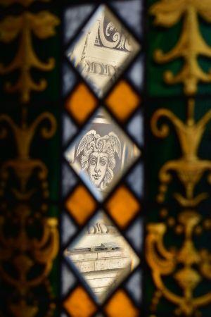 Jónás Károly: Kép az üvegen túl